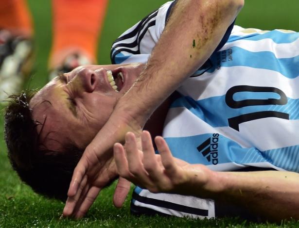 Messi fica caído após disputa de bola na semifinal entre Argentina e Holanda