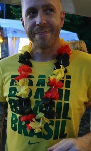 Muitos torcedores alemães vestiam bandeiras ou acessórios com as cores do Brasil. Perucas black power, chapéu panamá e colares havaianos eram os mais vistos