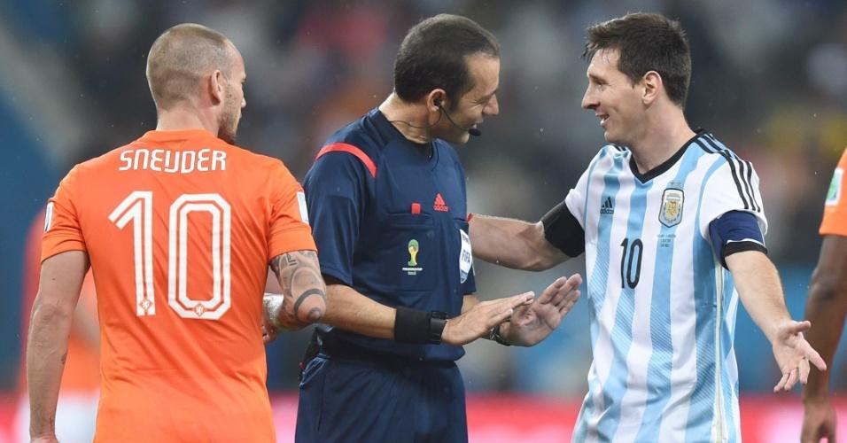 Observado por Sneijder, Messi conversa com o árbitro turco Cuneyt Cakir