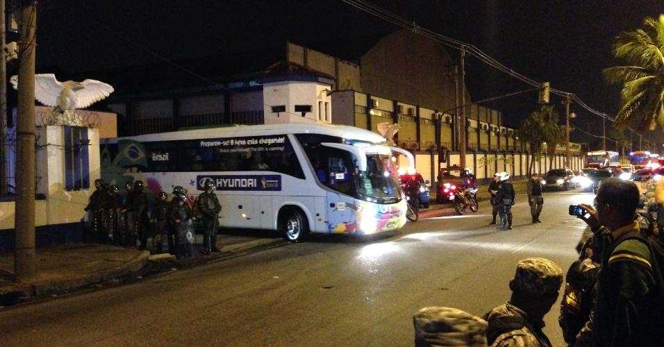 Ônibus da seleção brasileira deixa base aérea do Galeão após eliminação contra a Alemanha