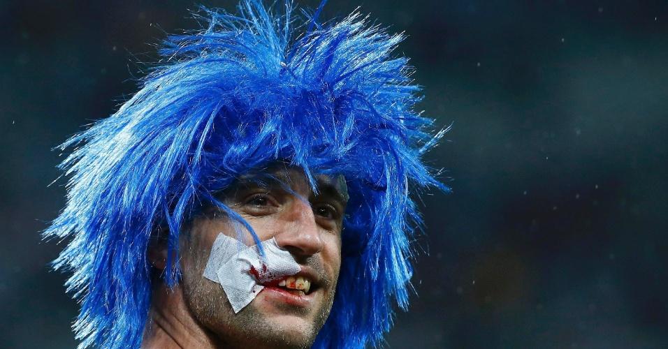 Pablo Zabaleta comemora a vitória argentina com peruca azul e a boca sangrando