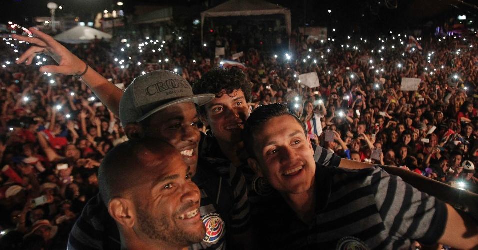 Patrick Pemberton, Joel Campbell, Yeltsin Tejeda e Jose Miguel Cubero fazem selfie durante festa de Costa Rica