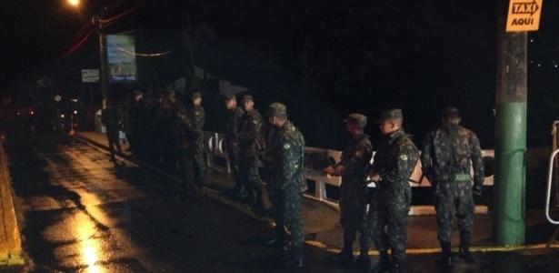 Policiais entram na frente de faixas de protesto contra a seleção brasileira em Teresópolis