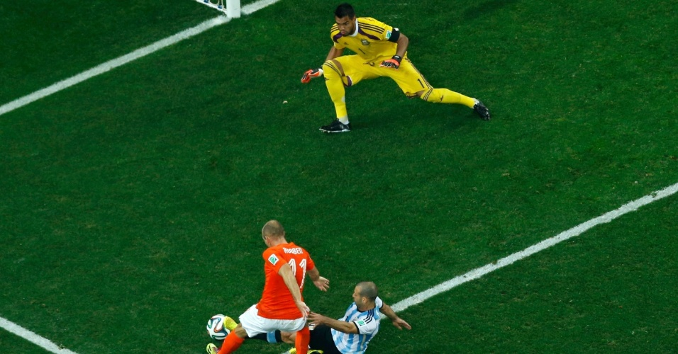 Robben é cortado por Mascherano no momento do chute na partida entre Holanda e Argentina