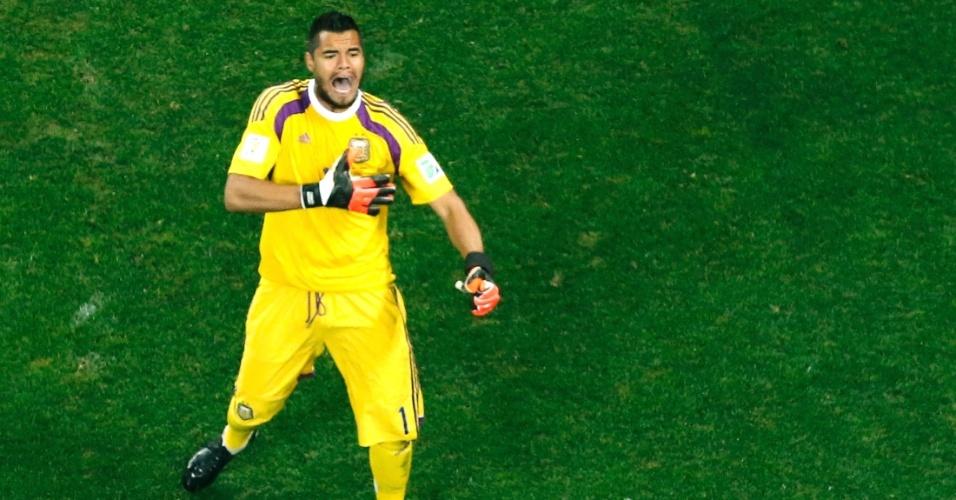 Romero bate no peito para comemorar pênalti defendido na disputa entre Argentina e Holanda