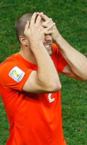 Ron Vlaar lamenta após perder pênalti na disputa contra a Argentina