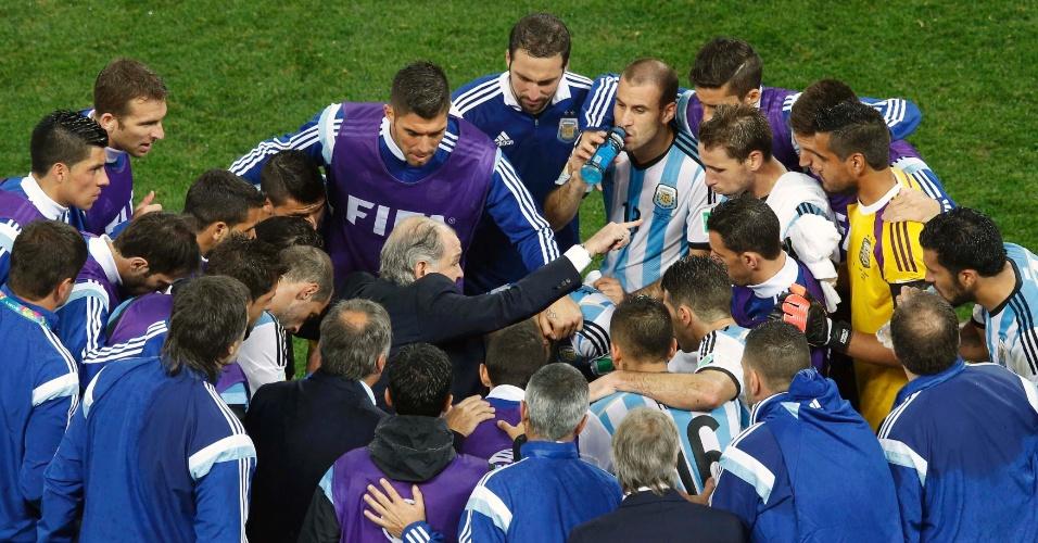 Técnico Alejandro Sabella orienta seus jogadores antes da prorrogação da semifinal entre Holanda e Argentina