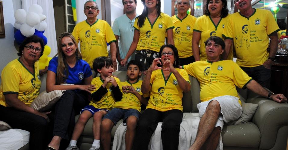 Família de Fred acompanha jogos da seleção na Copa unida; quase todos usam camisetas personalizadas com a imagem do atacante