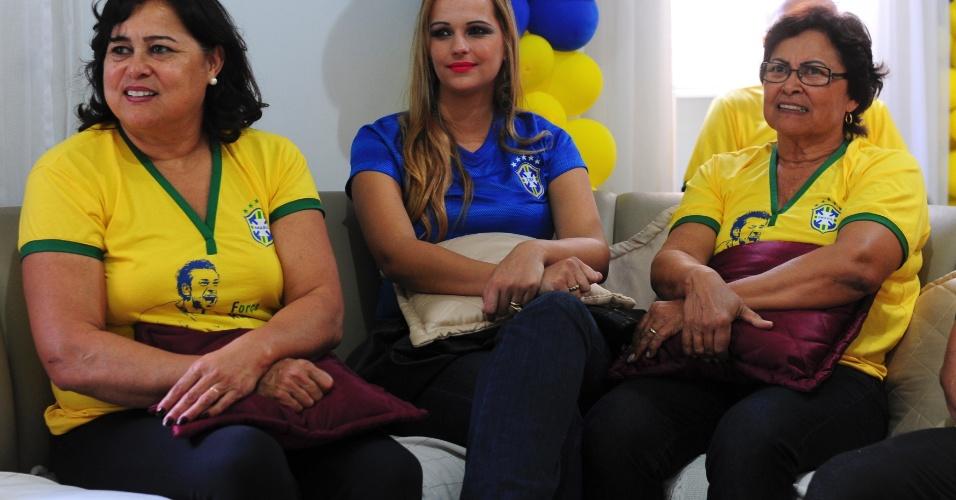 Parentes do atacante do Fluminense acompanham com apreensão a partida contra a Alemanha na Copa do Mundo, pela televisão