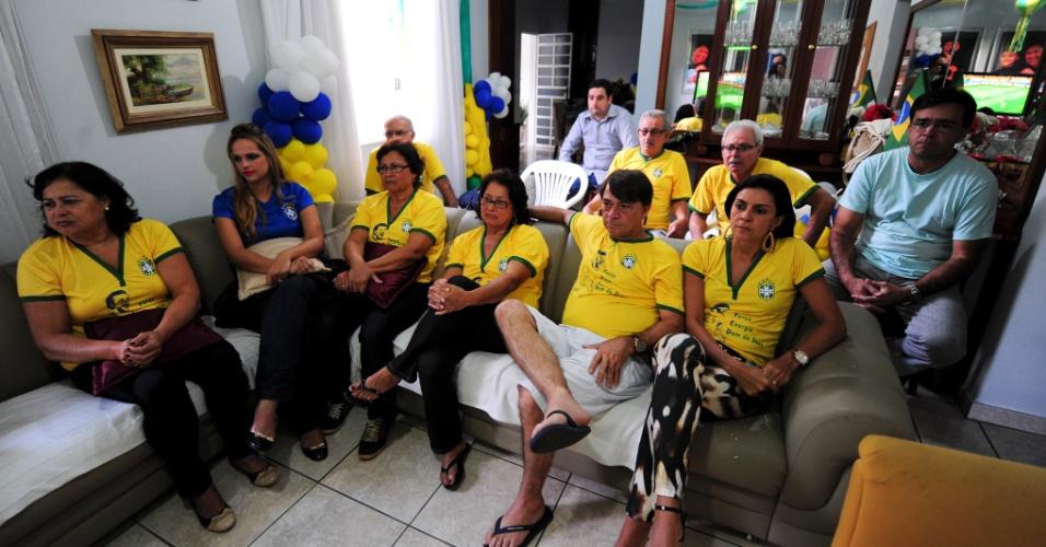 Tios e primos de Fred acompanham partida da Copa do Mundo na casa de dona Guinera, em Teófilo Otoni