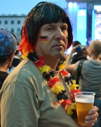 Torcedor aguarda início do jogo contra o Brasil nesta terça (8), no Portão de Brandemburgo, em Berlim