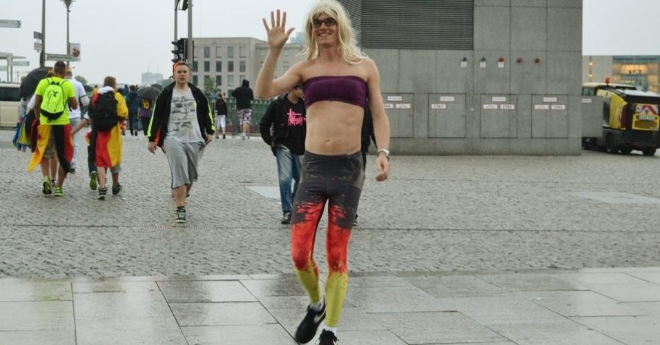 Torcedor bem humorado tenta se vestir como alemã e oferece selfies para quem desembarca na estação de metrô Hauptbanhof, em Berlim