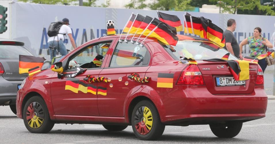 Torcedor decora seu carro com bandeiras da Alemanha nas ruas de Berlim
