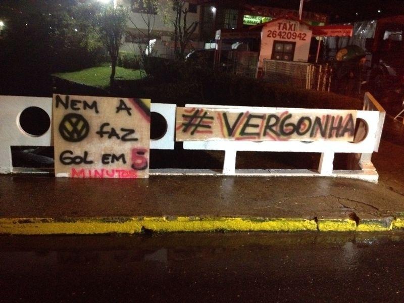 Torcedores levam faixas para protesto contra a seleção brasileira após massacre da Alemanha