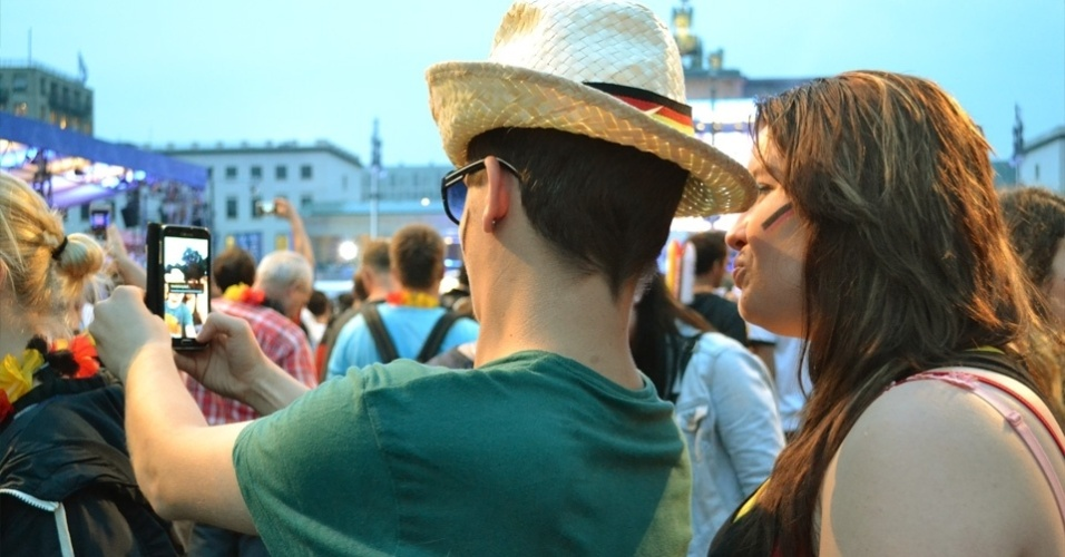 Torcedores tiram selfie em frente ao Portão de Brandemburgo