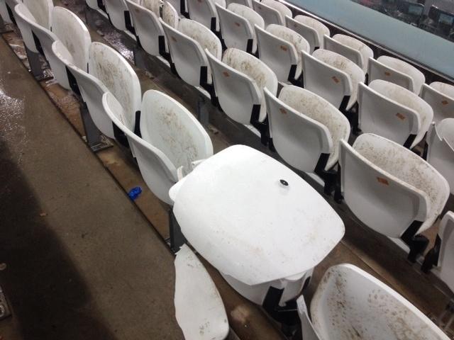 Torcida argentina compareceu ao Itaquerão para ver a vitória sobre a Holanda nos pênaltis; cadeiras acabaram danificadas