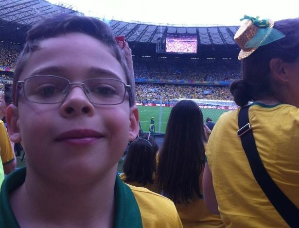 Garoto Tomaz sorrindo antes da goleada no Mineirão; ele ficou famoso por chorar no estádio