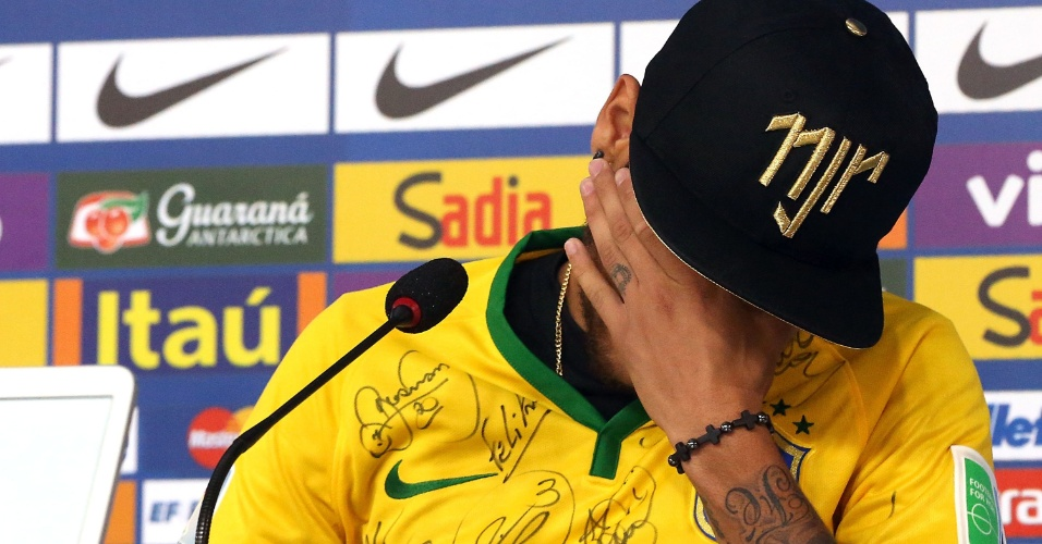 """Atacante Neymar se emociona ao falar sobre lesão durante entrevista coletiva realizada na Granja Comary: """"Se fosse dois centímetros para dentro eu poderia estar de cadeira de rodas"""""""