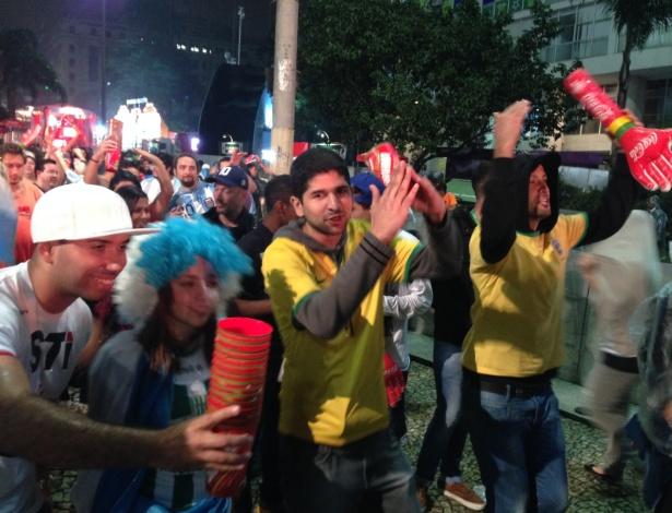 Brasileiros danças Lepo Lepo na festa dos argentinos pela classificação para final da Copa
