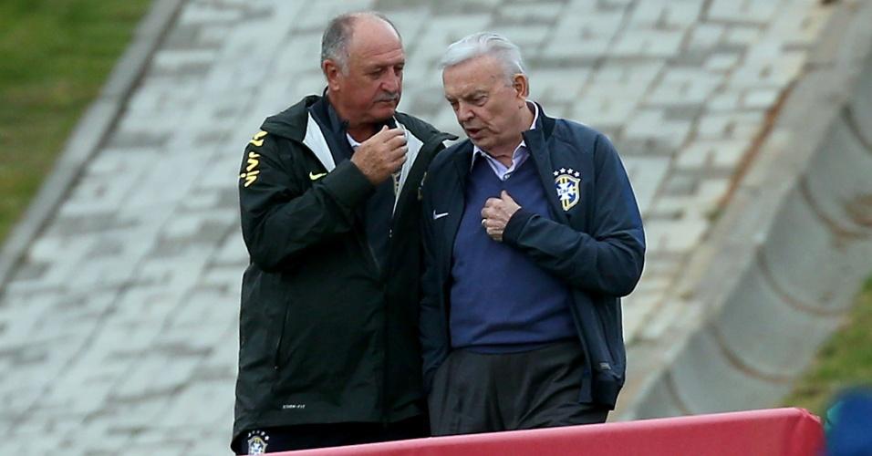 Felipão conversa com presidente da CBF José Maria Marín durante treinamento da seleção brasileira na Cidade do Galo, em Vespasiano (MG)