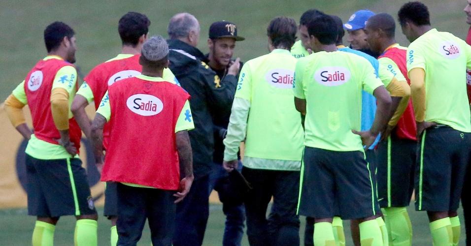 Felipão interrompe treinamento na Granja Comary para conversar com Neymar