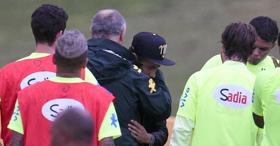 """Felipão para treinamento nos campos da Granja Comary e abraça o """"visitante"""" Neymar"""