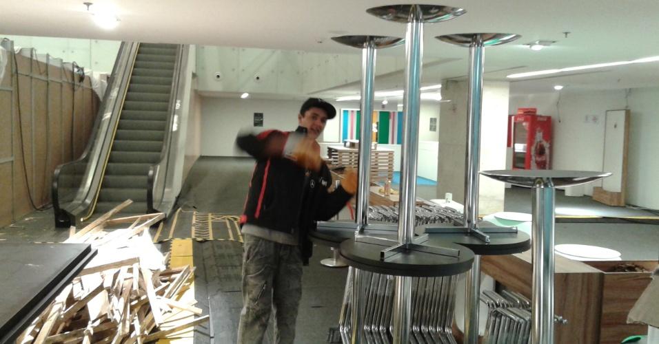 Funcionário desmonta área interna do Itaquerão após participação do estádio na Copa do Mundo