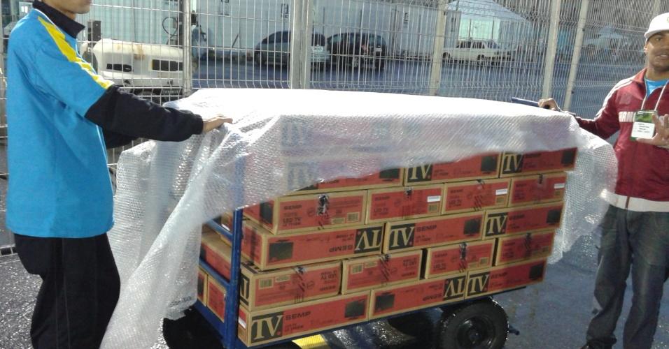 Funcionários retiram televisores do Itaquerão após participação do estádio na Copa do Mundo