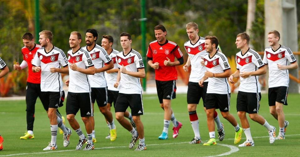Jogadores da seleção alemã correm em gramado de centro de treinamento em Santa Cruz Cabrália, na Bahia