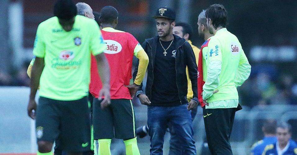 """Jogadores da seleção brasileira interrompem treinamento para conversar com o """"visitante"""" Neymar na Granja Comary"""