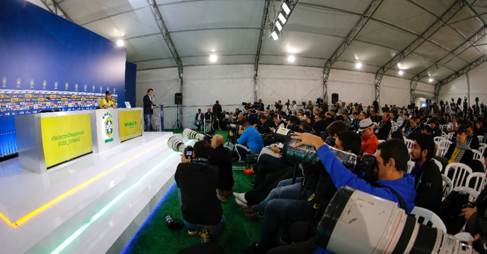 Jornalistas se posicionam na sala de imprensa da Granja Comary para entrevista coletiva com o atacante Neymar