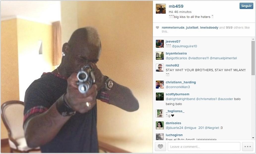 Mario Balotelli publica foto apontando arma em direção à câmera