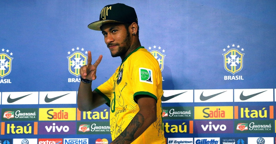 Neymar chega para coletiva de imprensa na Granja Comary