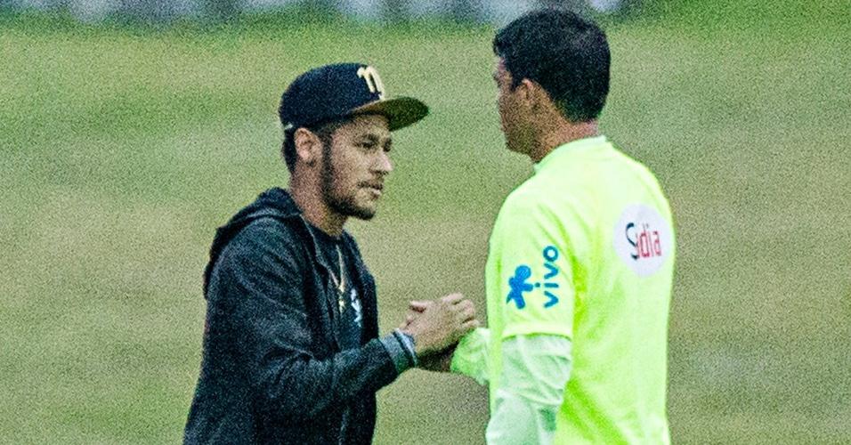 Neymar cumprimenta o capitão da seleção brasileira Thiago Silva na Granja Comary, em Teresópolis