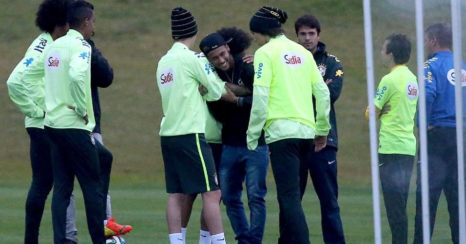 Neymar é abraçado por companheiros de seleção brasileira na Granja Comary