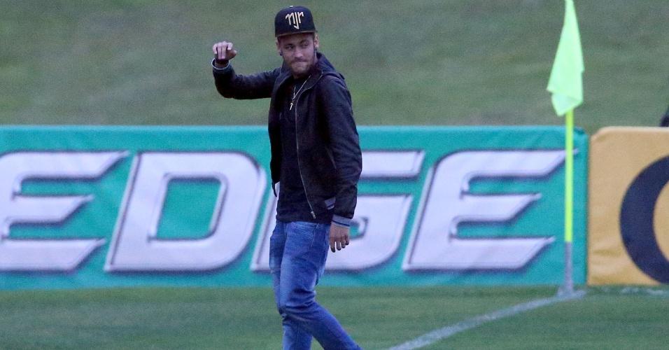 Neymar entra no gramado da Granja Comary para conversar com companheiros de seleção brasileira