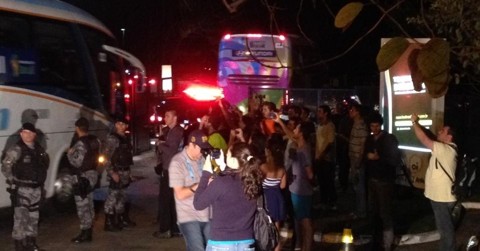 Ônibus da seleção holandesa chega a hotel em Brasília para duelo contra o Brasil no próximo sábado