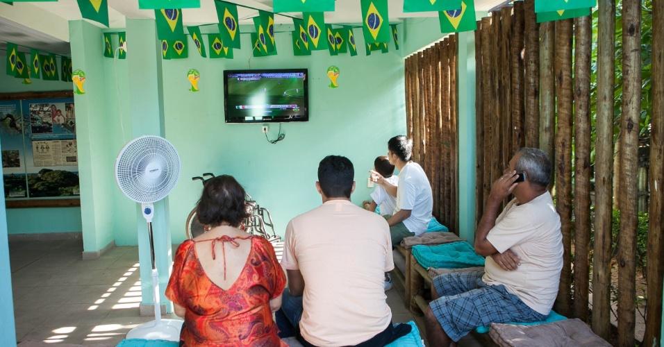 Pessoas acompanham jogo da Copa perto do maior cajueiro do mundo.