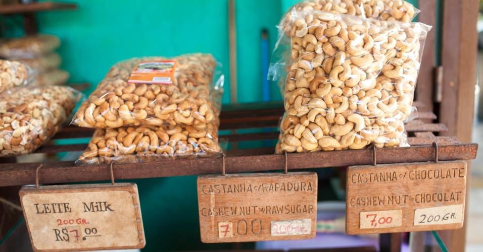 Produtos à venda feitos com a castanha do maior cajueiro do mundo.