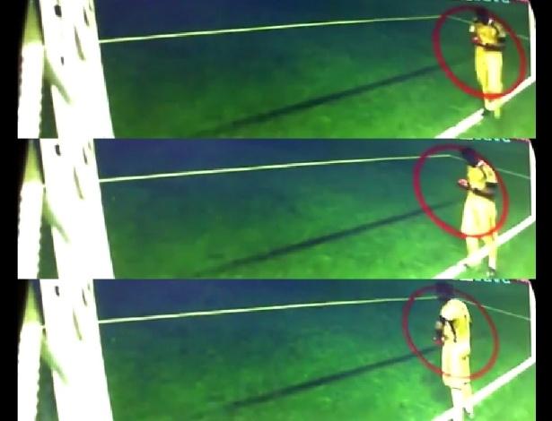 """Sequência na qual o goleiro Sergio Romero, da Argentina, observa """"cola"""" preparada com informações sobre estilo de cobrança dos batedores de pênaltis da Holanda, durante a semifinal da Copa do Mundo"""