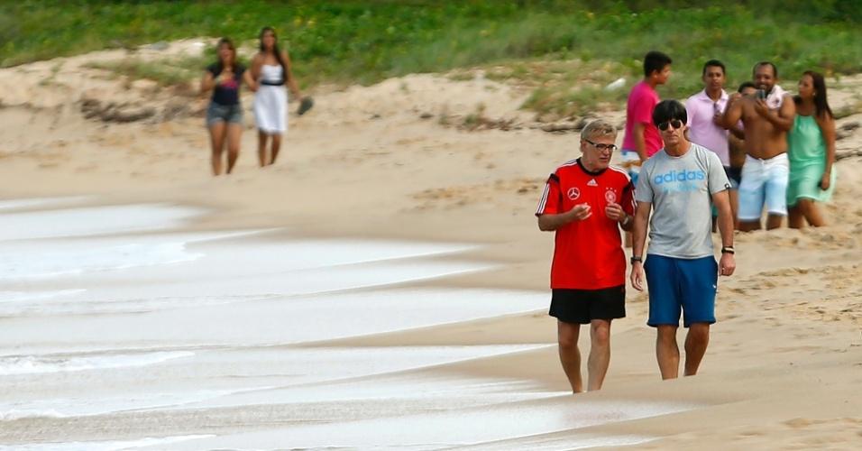 Técnico alemão Joachim Löw passeia por praia de Santa Cruz Cabrália enquanto fãs brasileiros se divertem tirando fotos