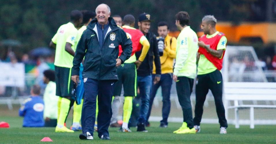 Técnico Felipão solta risada enquanto Neymar chega ao gramado da Granja Comary para conversar com companheiros de seleção brasileira