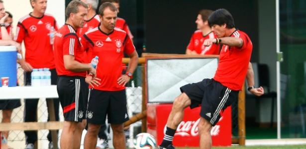 Técnico Joachim Löw chuta bola durante treinamento da seleção alemã