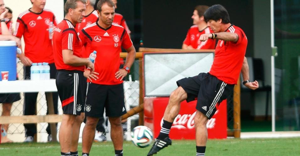 Técnico Joachim Löw chuta bola durante treinamento da seleção alemã em Santa Cruz Cabrália, na Bahia