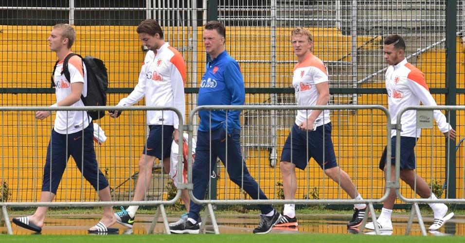 10.jul.2014 - Técnico Louis van Gaal e jogadores da Holanda chegam ao Pacaembu para treinar um dia depois de perder para a Argentina