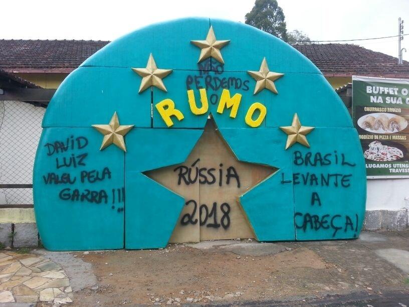 """Torcedores criaram até uma espécie de """"monumento"""" em apoio aos jogadores da seleção brasileira"""