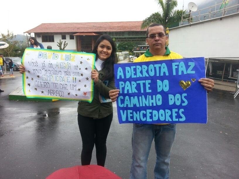 Torcedores levaram cartazes de apoio à seleção brasileira na Granja Comary, após derrota diante da Alemanha
