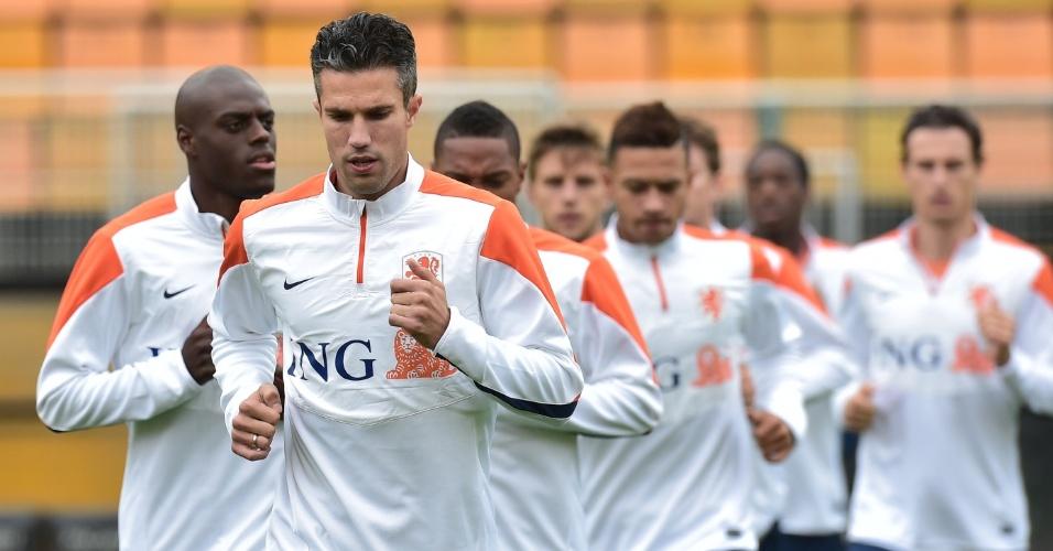 Van Persie puxa a fila no treino da seleção holandesa no Pacaembu. A equipe se prepara para a disputa do terceiro lugar da Copa, contra o Brasil, no sábado
