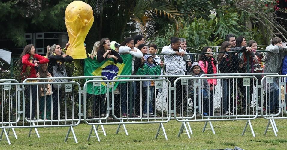11. jul. 2014 - Torcida apoia a seleção brasileira no último treinamento na Granja Comary