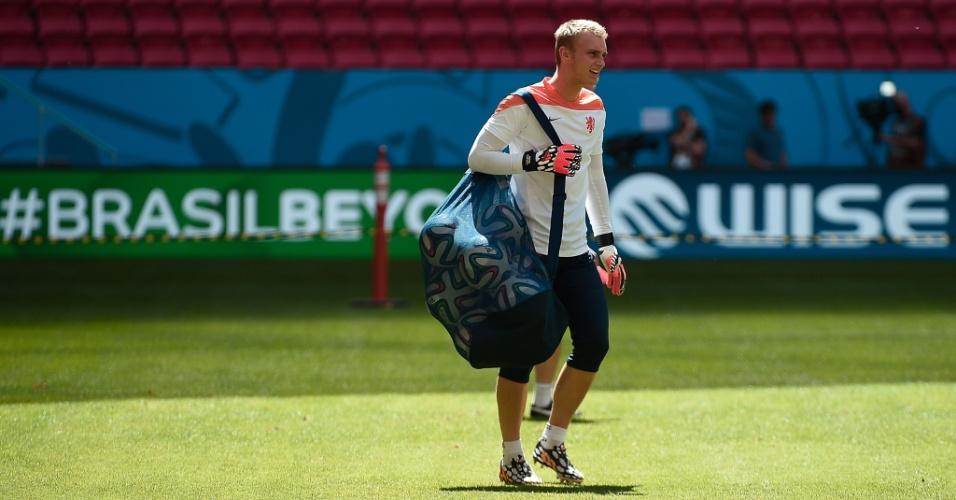 11.jul.2014 - Goleiro holandês Jasper Cillessen deixa o gramado do estádio Mané Garrincha após treino na véspera da partida contra o Brasil